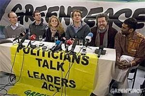 Roda de premsa de Greenpeace, avui al Rainbow Warrior, amarrat a Copenhaguen. (Copyright de la imatge: Greenpeace)